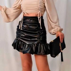 falda negra polipiel volante