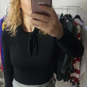 camiseta negra manga larga lazo