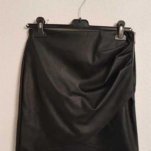 falda polipiel negra cruzada drapeada