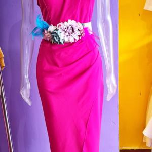 vestido largo hombro al aire fucsia cinturon flores